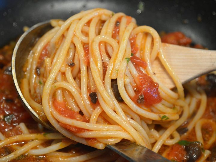 VEGAN AND TRADITIONAL RECIPE: SPAGHETTI MEDITERRANEA WITH TOMATO, CAPERS AND OLIVES